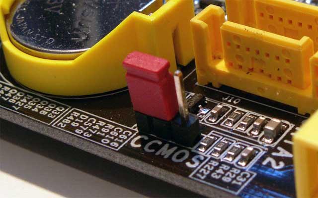 Джампер очистки содержимого CMOS-памяти рядом с батарейкой